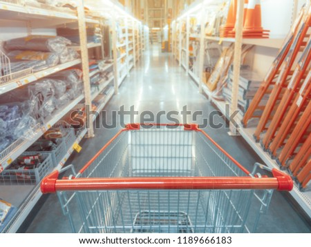Abstract blurred photo of hardware store with empty shopping cart. Foto stock ©