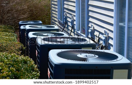 AC units outside of an apartment complex. Cooling units are outside. Foto stock ©