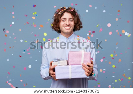 Accept congratulations is very nice. The birthday party stands with three beautifully packed presents, listens to a solemn greeting from its friends, colleagues, relatives. Happy smiling