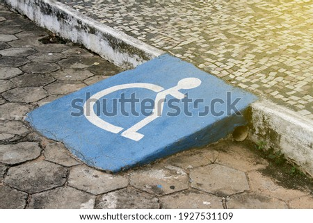 accessibility ramp for wheelchair users with accessibility symbol design Foto stock ©