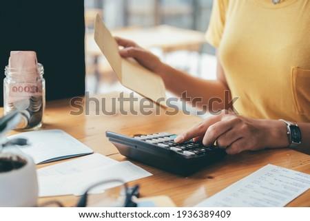 Accountant or banker calculate the cash bill. Zdjęcia stock ©