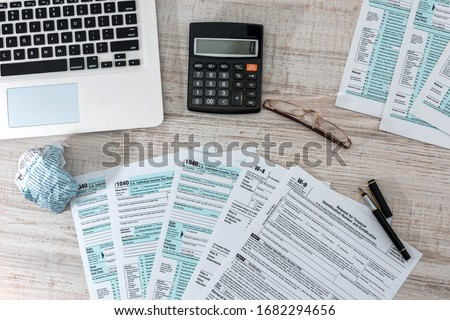 accounting concept. us 1040 tax form with pen, dollar and laptop at office. tax time.  Foto stock ©