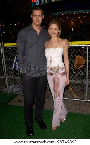 Actor FREDDIE PRINZE JR & actress fiance SARAH MICHELLE GELLAR at the Los Angeles premiere of his new movie Summer Catch. 22AUG2001.   Paul Smith/Featureflash