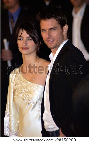 Actor TOM CRUISE & actress girlfriend PENELOPE CRUZ at the world premiere, in Hollywood, of their new movie Vanilla Sky. 10DEC2001.   Paul Smith/Featureflash