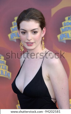 Actress ANNE HATHAWAY at the MTV Movie Awards in Los Angeles. 01JUN2002.  Paul Smith / Featureflash