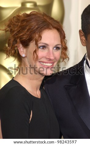 Actress JULIA ROBERTS at the 74th Annual Academy Awards in Hollywood. 24MARR2002.   Paul Smith / Featureflash