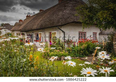 Adare, Ireland. Thatched cottage in the picturesque Village of Adare, Co. Limerick full of flowers in front garden. Ireland, Europe Photo stock ©