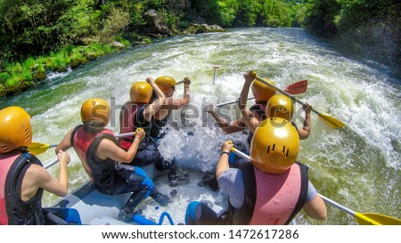 adventure team doing rafting on the cold waters of the Nestos River in Paranesti, Greece. Nestos river is one of the most popular among rafters in Greece Foto stock ©