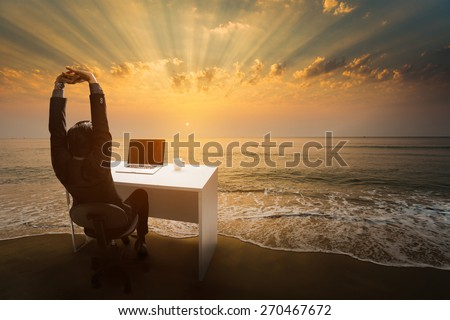 aEmployees work during rest and relaxation Imagine him sitting in the office. At the beach in the morning.