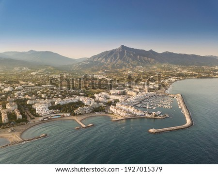 Aerial drone perspective of beautiful sunset over luxury Puerto Banus Bay in Marbella, Costa del Sol. Expensive lifestyle, luxury yachts. La concha mountain in background. Nueva Andalucía area Foto stock ©