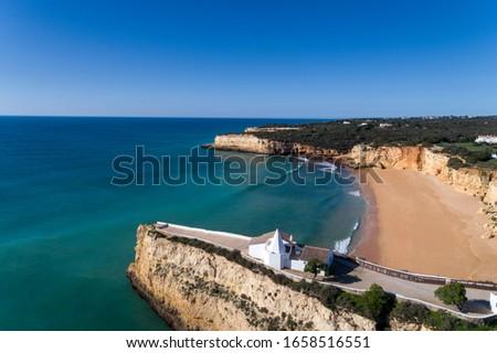 Aerial drone photo of the beaitiful Praia da Senhora da Rocha (Senhora da Rocha Beach) with the white chapel on the roks, near Armacao de Pera, Algarve, Portugal Foto stock ©