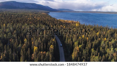 Aerial, drone shot of a Camper van in foliage forest, lake Pallasjarvi and Ounastunturit fells, autumn day, in Pallas-Yllas park, Lapland, Finland Foto d'archivio ©