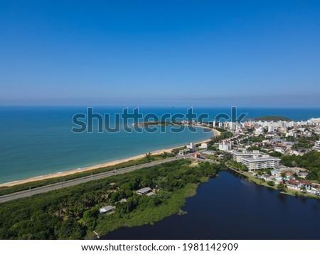 Aerial footage of a deserted beach on the tropical coastline in Enseada Azul.  Guaibura Beach in Nova Guarapari in Guarapari, Espírito Santo - Brazil. Foto stock ©