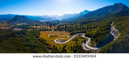 Aerial panorama of the curved asphalt road trough mountains. Carretera Austral road near the Cerro Castillo National Park. Chile Foto stock ©