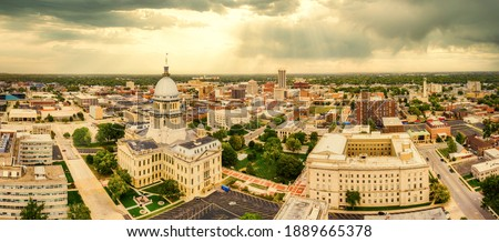 Aerial panorama of the Illinois State Capitol and Springfield skyline under a dramatic sunset. Springfield is the capital of the U.S. state of Illinois and the county seat of Sangamon County Stockfoto ©