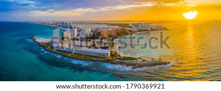 Aerial panoramic view of the northern peninsula of the Hotel Zone (Zona Hotelera) in Cancún, Mexico at sunset Foto stock ©