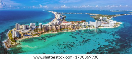 Aerial panoramic view of the northern peninsula of the Hotel Zone (Zona Hotelera) in Cancún, Mexico Foto stock ©