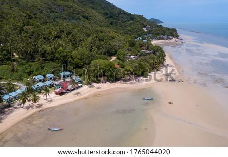 Aerial shoreline with fishing thai boats  parking along the sand beach, Baan Tai area, koh Phangan island, Thailand Stockfoto ©