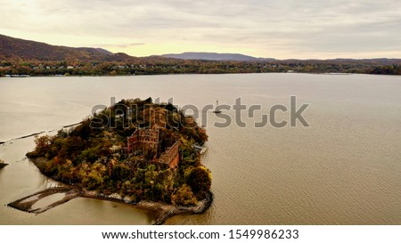 aerial shot over looking Bannerman's Castle on the Hudson River, on a cloudy day in Dutchess County, New York Foto stock ©