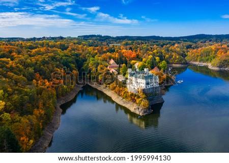 Aerial view chateau Orlik, above Orlik reservoir in beautiful autumn nature. Romantic royal Schwarzenberg castle above water level. Czechia. Orlik castle across the River Vltava, Czech Republic. Foto stock ©