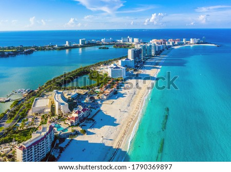 Aerial view looking north of the Hotel Zone (Zona Hotelera) and the beautiful beaches of Cancún, Mexico Foto stock ©