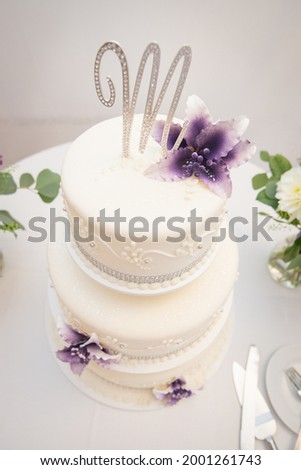 Aerial View of a 3-Tiered Wedding Cake with an M on Top Photo stock ©