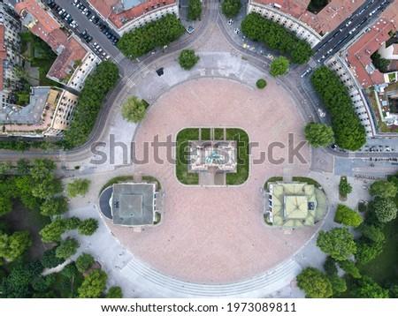 Aerial view of Arco della Pace in Milano, north Italy. Drone photography of Arch of Peace in Piazza Sempione, near Sempione park in the heart of Milan, Lombardy and Sforza Castle. Foto d'archivio ©