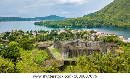Aerial view of Banda Neira in Indonesia, with a pentagonal fort built by dutch during the spices war, Maluku, Indonesia Foto stock ©