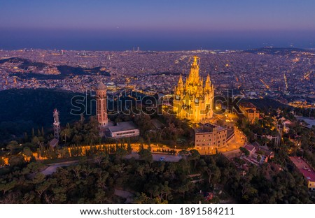 Aerial view of Barcelona skyline with Sagrat Cor temple at night, Catalonia, Spain Foto stock ©