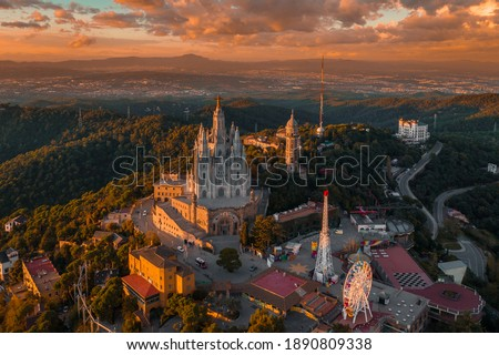 Aerial view of Barcelona skyline with Sagrat Cor temple during sunset, Catalonia, Spain Foto stock ©