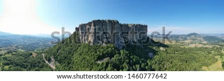 Aerial view of Bismantova Rock, Pietra di Bismantova, located near to Castelnovo Monti, Reggio Emilia, Italy Foto d'archivio ©