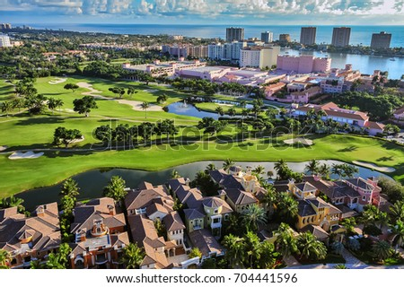 aerial view of boca raton florida community, looking across golf community toward beach and atlantic ocean Foto stock ©