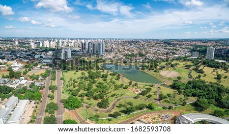 Aerial view of Campo Grande MS, Brazil - Highs of Afonso Pena avenue. Aerial view of a growing city with some buildings and a huge green area. Green city.  Foto stock ©