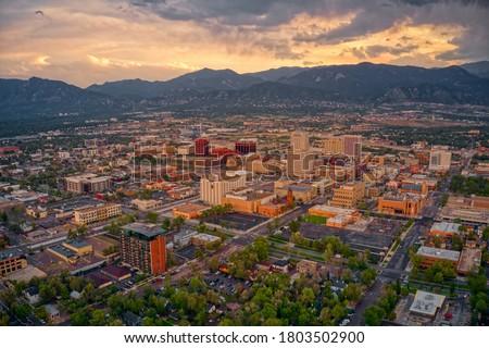 Aerial View of Colorado Springs at Dusk Foto d'archivio ©