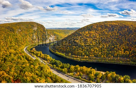Aerial view of Delaware Water Gap on a sunny autumn day. The Delaware Water Gap is a water gap on the border of the U.S. states of New Jersey and Pennsylvania Foto stock ©