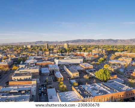 aerial view of Fort Collins downtown in sunrise light, Rocky Mountain foothills in background Photo stock ©