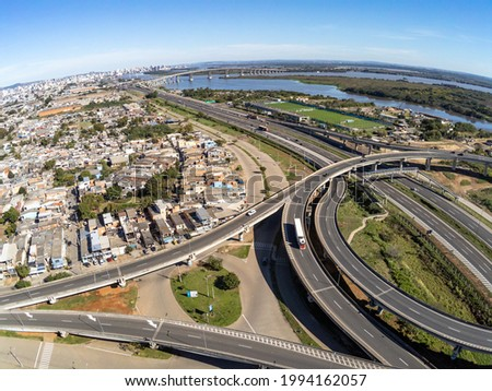 Aerial view of Humaita area with houses, Jacui river, highways and bridges, Porto Alegre, Rio Grande do Sul, Brazil Foto stock ©