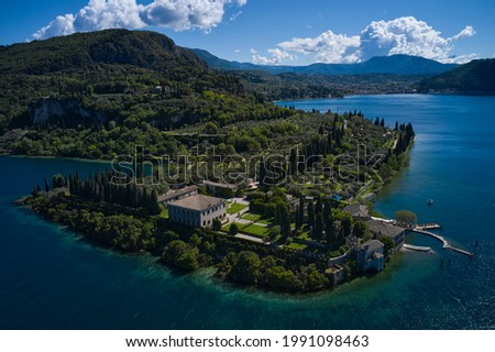 Aerial view of Parco Baia delle Sirene, Lake Garda, Italy. Panorama of punta san vigilio. Baia delle Sirene on the coastline. Top view of baia delle sirene on the coastline of Lake Garda. Foto d'archivio ©