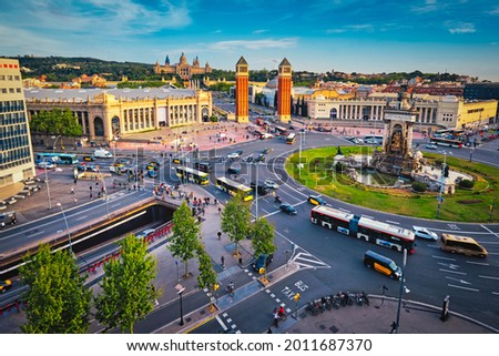 Aerial view of Placa d'Espanya, Plaza de Espana, the Spanish Square in Barcelona, Catalonia, Spain with city traffic on sunset Foto stock ©