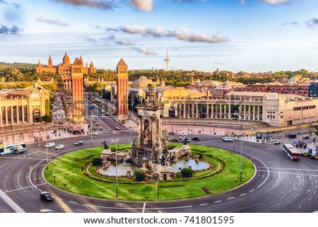 Aerial view of Placa d'Espanya, towards the Venetian Towers and the National Art Museum. This iconic square is located at the foot of Montjuic and it's a major landmark in Barcelona, Catalonia, Spain Foto stock ©