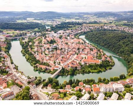 Aerial view of red roofs of Novo Mesto (previously Rudolfswerth, Newestat), Slovenia, Lower Carniola region, near Croatia. Historic Kandija iron bridge (Old Bridge), on the bend of the Krka River. Foto stock ©