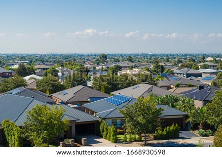 Aerial view of residential houses in Melbourne's suburb. Elevated view of Australian homes against blue sky. Copy space for text. Point Cook, VIC Australia. Foto stock ©