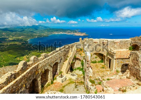 Aerial view of ruins of hexagonal Castello del Volterraio or Volterraio Castle, the oldest fortification on Elba Island, Tuscany, Italy, overlooking the gulf of Portoferraio. Panoramic views of Elba. Foto stock ©