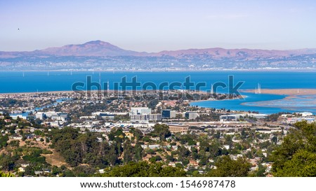 Aerial view of San Carlos and Redwood Shores; East Bay and Mount Diablo in the background; houses visible on the hills and close to the shoreline; office buildings built close to downtown San Carlos Foto stock ©