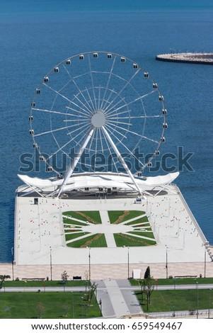 Aerial view of  seaside public park with  huge Ferris wheel   n  Baku, Azerbaijan. Foto stock ©