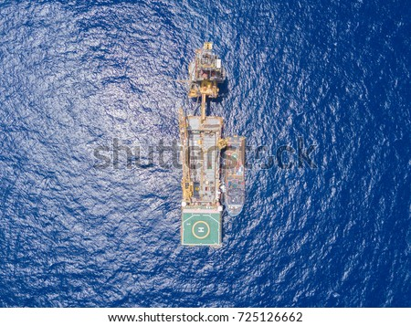 Aerial View of Tender Drilling Oil Rig (Barge Oil Rig) in The Middle of The Ocean Foto stock ©