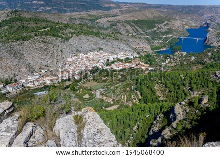Aerial view of the reservoir and bridge over the town of Cortes de Pallas in Valencia. Foto d'archivio ©