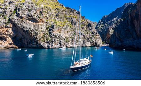 Aerial view Sailingboat at Sa Calobra, Torrent de Pareis gorge, Serra de Tramuntana, Mallorca, Balearic Islands, Spain, Foto stock ©