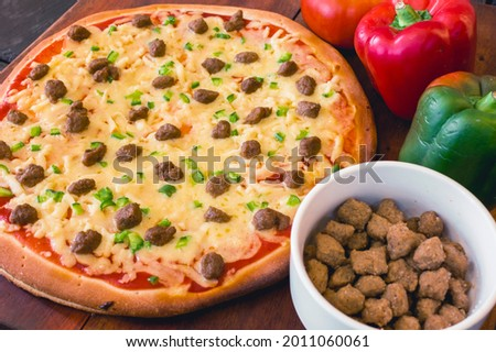 Affordable par-baked pizza with ground beef and bell pepper toppings with ingredients. Foto stock ©