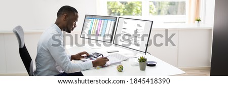 African American Accountant Using Electronic Invoice Software Foto d'archivio ©